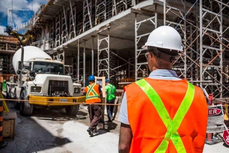 פועלים באזור בנייה