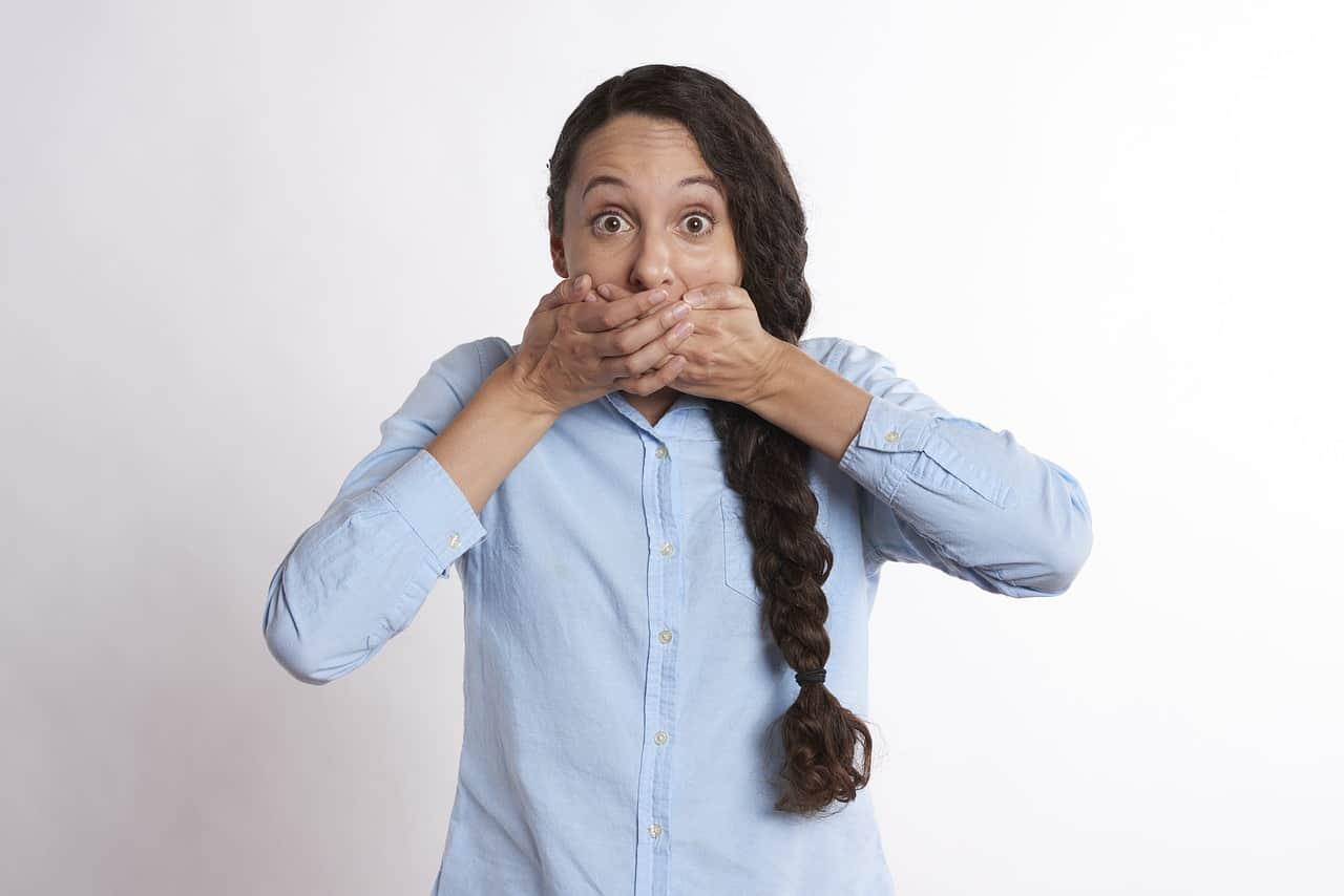 אישה עם יד על הפה
